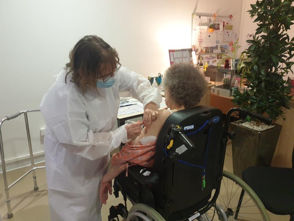 Une vaccination bienvenue, mais sans conséquences annoncées sur les conditions des visites