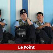 Hong Kong : la police antiémeute se retire