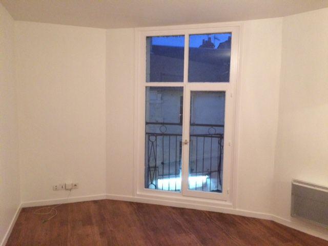Coup de fraîcheur pour cet appartement peint en blanc entre deux locataires. Dans le salon, un mur a été peint en jaune afin d'apporter une touche de peps. Le radiateur a été peint en noir laqué pour moderniser l'espace.