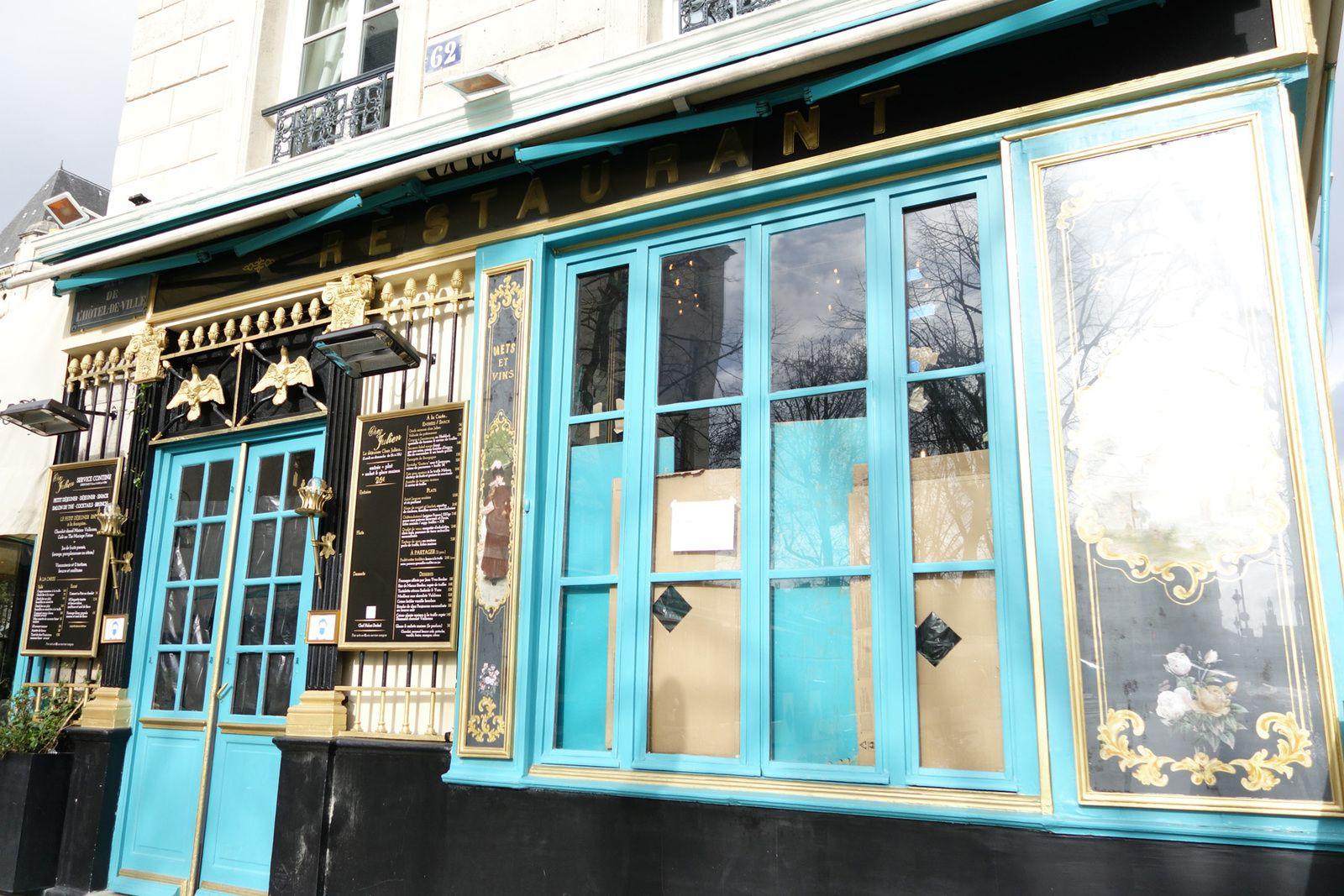 Chez Julien, 1 rue du Pont Louis-Philippe. Restaurant chic et poétique avec son plafond peint, ses moulures, ses écritures fleuries..