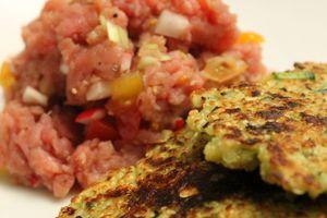 Galette de quinoa et courgette et tartare de boeuf