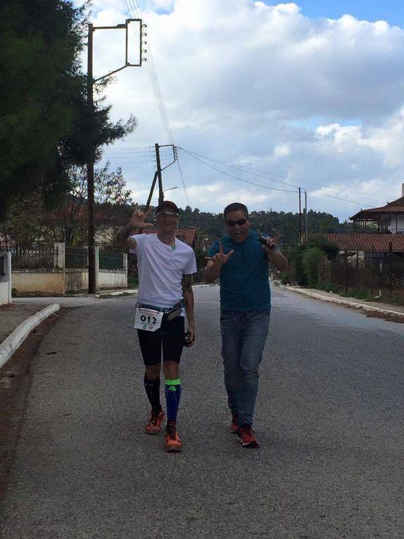 Le foto illustrano i diversi momenti della corsa dopo il giro di boa a Sparta. L'ultima foto (selfie) è stata scattata a pochi chilometri da Nemea e quindi a circa 118 chilometri da Atene (foto di Brenda Guajardo Carawan