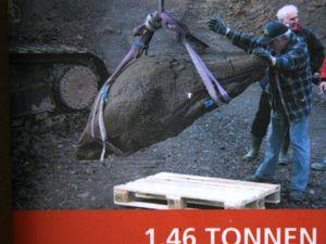Panneau didactique sur le Wartgesberg et vignette montrant l'extraction de la bombe de 1,46 T par les carriers. - un clic pour ouvrir - photo © Bernard Duyck 08.2015