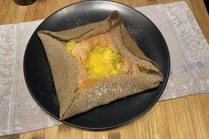 Galette au poireaux, saumon, œuf et curry