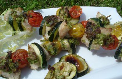 Brochettes de volaille, petits légumes et pesto de fanes de radis aux amandes