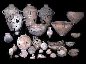 Poteries, armes et bijoux découverts sur le site - Crédits photos : C. Amit/IAA et T. Rogovski