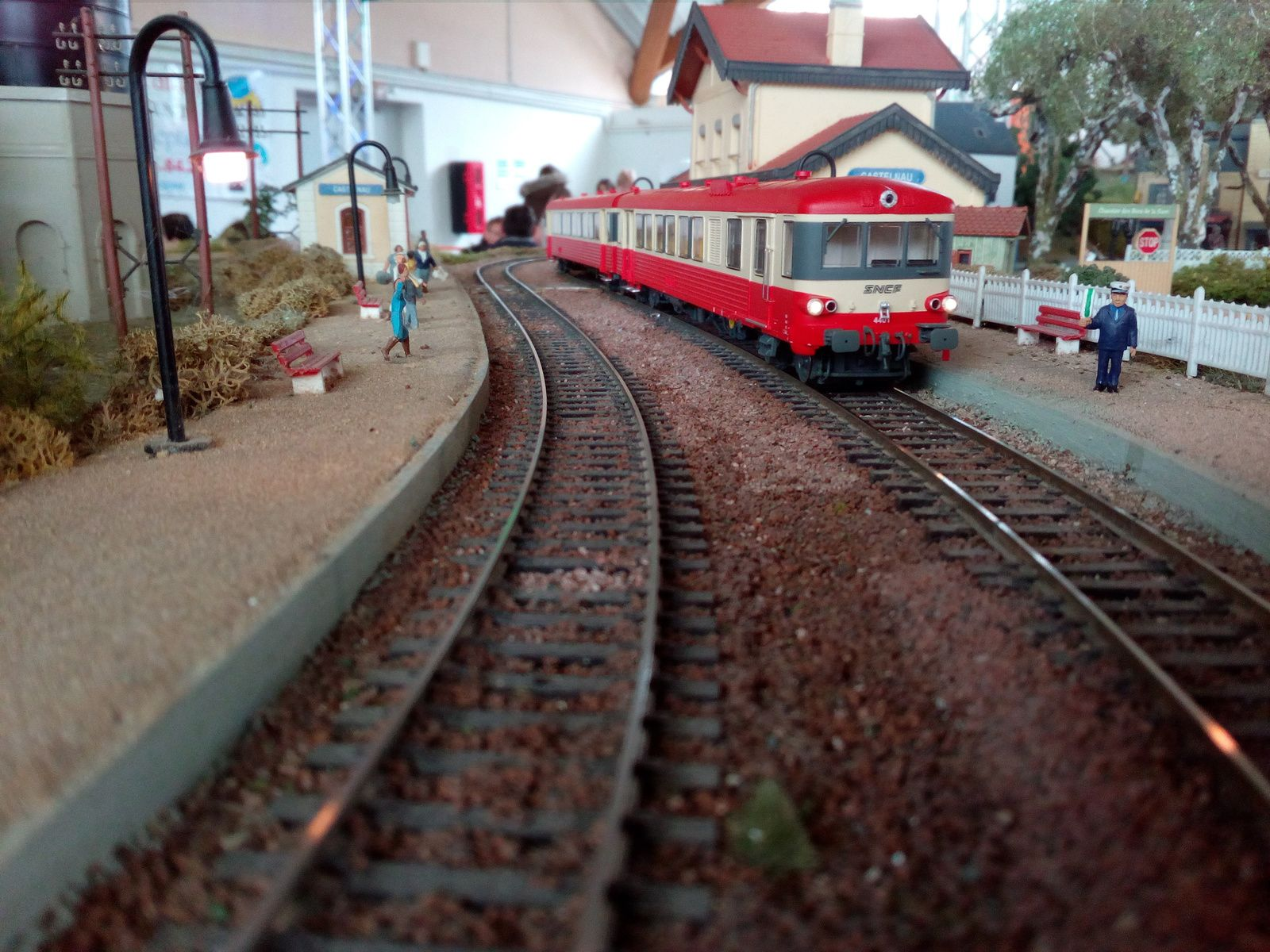 Un EAD, en arrêt à la gare de Castelnau, attend le signal du chef de gare pour repartir.