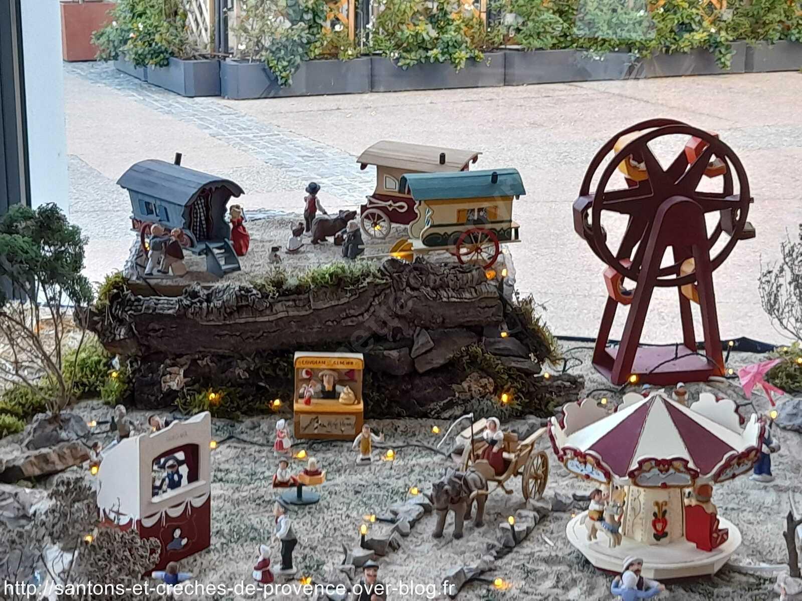 C'est aussi un jour de fête à la base aéronavale, le glacier, le théâtre de guignol, le carrousel, les roulottes et la grande roue de Thierry. La route qui relie l'Italie aux Saintes-Maries-de-la-Mer haut lieu de pèlerinage des gitans passent par Fréjus, ces derniers y faisaient une escale.