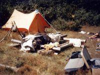 Deux tentes familiales jointes par leurs auvents respectifs au camping municipal de Vic / Cère en Août 1985. Sacrée ambiance de campeurs aimant la ve au grand air. 19 années auparavant, notre campement quelque peu bordélique dans la forêt landaise et,15 ans plus tôt, en 1970, le voyage en Grèce : notre campement sous les paillotes à Delphes.