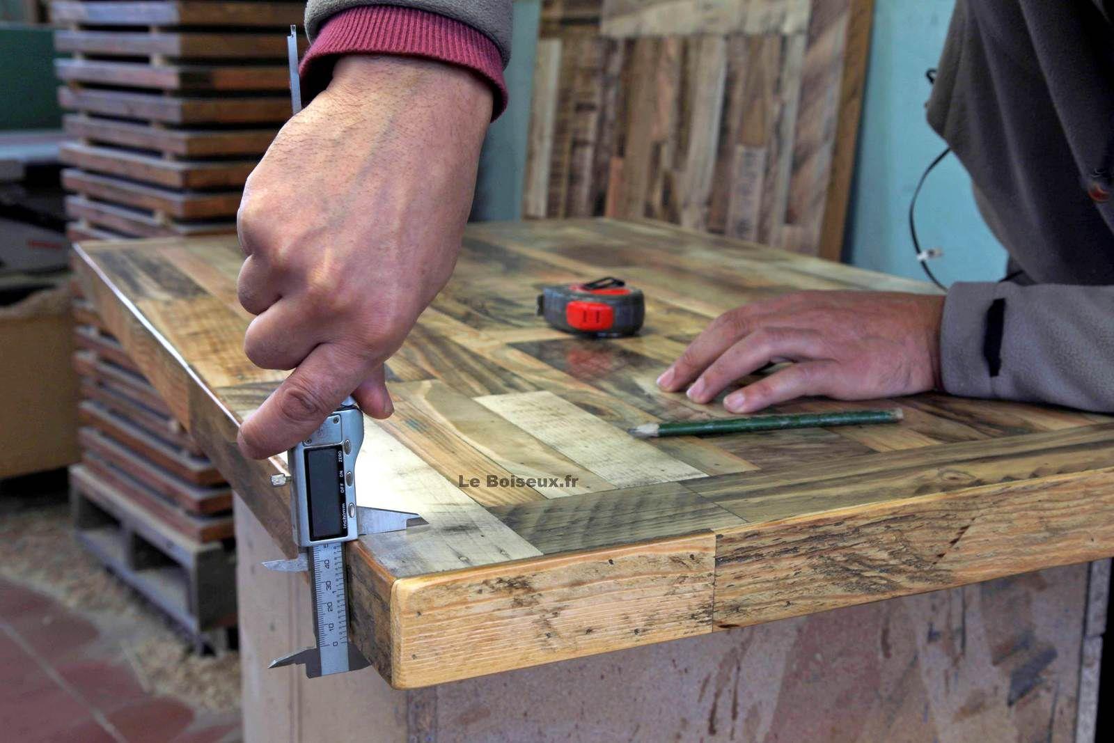 des tables massives aux plateaux-établis épais et fiables, des meubles de métier offrant consistance et confiance