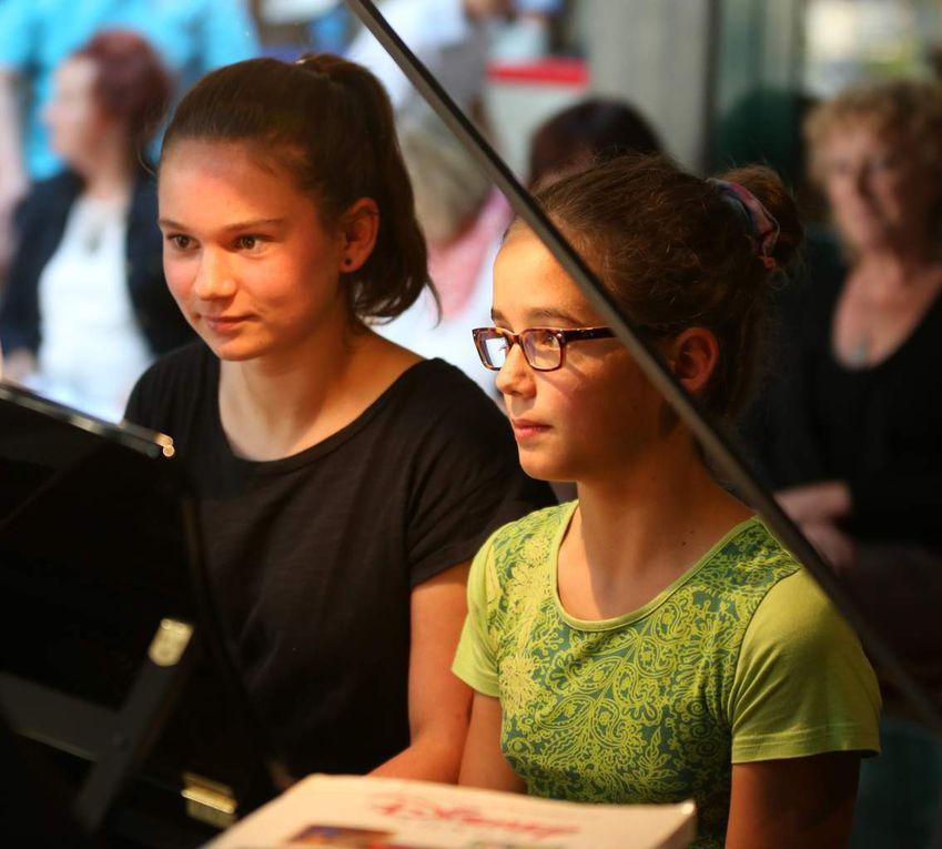 Dass Musik völkerverbindend ist, bewiesen Mia Baier  und Agnes Lefebvre, eine Austauschschülerin, die zurzeit in Veitshöchheim ist, mit einem vier-händigen Klavierstück von W.A. Mozart.