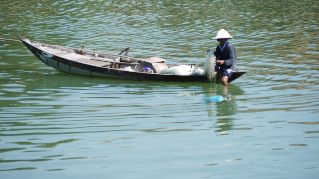 A l'arrivée à Danang c'est Thinh qui nous accueille. Notre nouveau guide est fort dynamique et sympathique. Nous prenons la route pour Hoi An. Sur le chemin nous constatons que toute la côte de Da Nang est construite. De multiples hôtels (souvent à capitaux chinois) parsèment le littoral. Quel dommage !   Notre hôtel, Van Loi est très confortable. Il possède une piscine ce qui nous permet de nous rafraîchir un peu car nous passons de 23° à 38° en pleine journée…Nous faisons la visite à pied de la vieille ville de Hoi An. Nombreux commerces de vêtements de soie. Depuis notre dernier voyage, cette ville a beaucoup changé. Le tourisme est terrible…mais le charme des maisons chinoises, le pont japonais est conservé. La pagode Hoi Quan Phuc Kien, le marché de Hoi An,  la maison Tan Ky, sont d'autres lieux tout aussi beaux à visiter. Une partie du groupe déjeune dans le marché couvert qui recèle de nombreux petits restaurants typique. Dans un petit bar nous goûtons à la « bia hoỉ »  la bière pression vietnamienne qui est beaucoup plus goûteuse que la bière en bouteille. Après-midi à vélo après une petite sieste à l'hôtel, ce qui nous permet de visiter la pagode « Pháp bảo » proche du centre ville magnifique pour ses bouddhas de marbre et ses décorations sur la façade. Dîner au bord du fleuve sur des petites chaises avec deux spécialités : la rose blanche appelé « bánh vạc » (genre de petits raviolis aux crevettes) et le « bánh lá lót » bœuf grillé dans les feuilles de lót. C'est un lieu magique où l'on peut voir le pont joliment décoré et à la tombée de la nuit les lampions, les sculptures éclairés de l'intérieur qui ressemblent à du papier coloré.