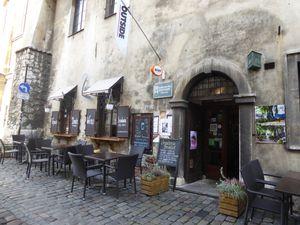 Kazimierz. Une affiche du musée Schindler. La place de Podgorze, les chaises représentent le peu de mobilier que les Juifs pouvaient emporter, Vides elles symbolisent leur cruelle absence