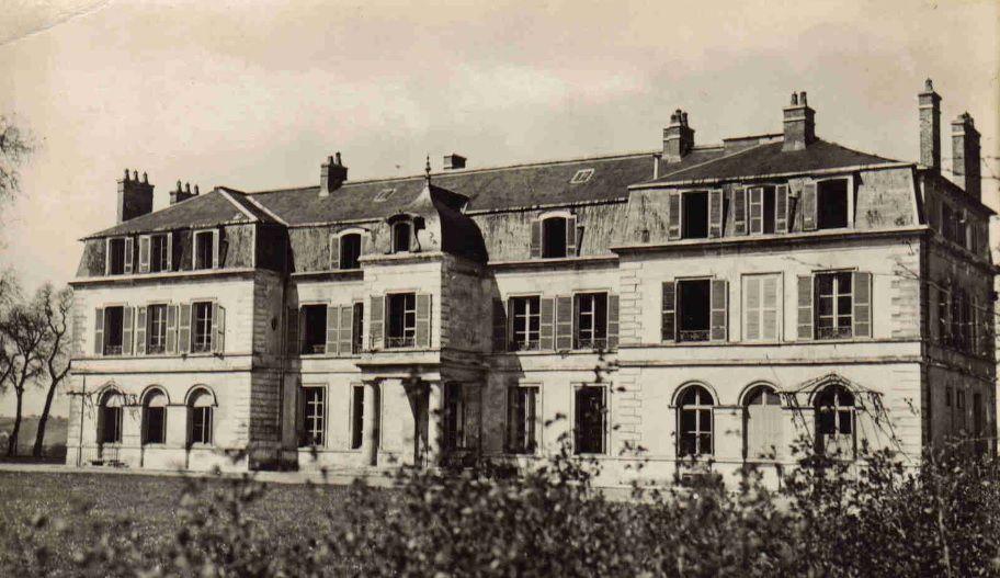 Le château de Martot, côté sud, sur une carte postale illustrée des années 1950. Cette beauté classique demandait alors une restauration.
