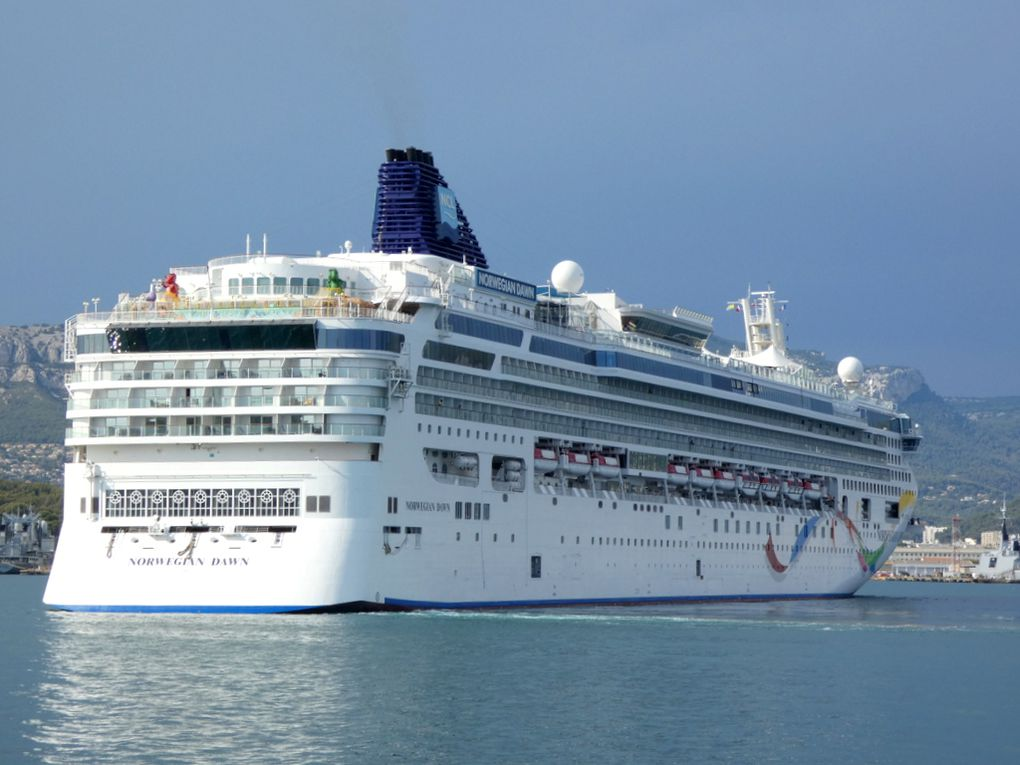 NORWEGIAN  DAWN  en petite rade de Toulon et se dirigeant vers la Seyne sur Mer le 24 aout 2021