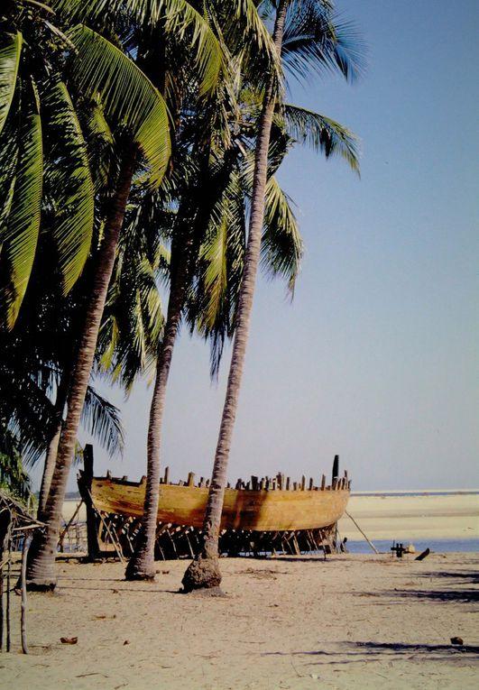 Des bateaux partout, pirogues à balancier des Vezos, les nomades de la mer itinérant le long de la côte sud-ouest de Madagascar ( dias 4, 5, 6 ), boutres sans moteur profitant de l'alizé pour transporter vers le nord sacs de riz, de ciment... et les passagers sur le pont, chantiers navals réputés précisément pour la construction à l'ancienne et la réparation des boutres traditionnels, Belo est vraiment tourné vers la mer. Il n'existait en 2004 qu'une piste difficile pour y accéder à partir de Morondova, on entendait  peu de véhicules automobiles à Belo ! Et puis, au restaurant Lova, on mangeait une délicieuse cuisine familale, parfois agrémentée d 'algues préparées par la maîtresse des lieux ( antepénultième dia ), par ailleurs institutrice dans le village.