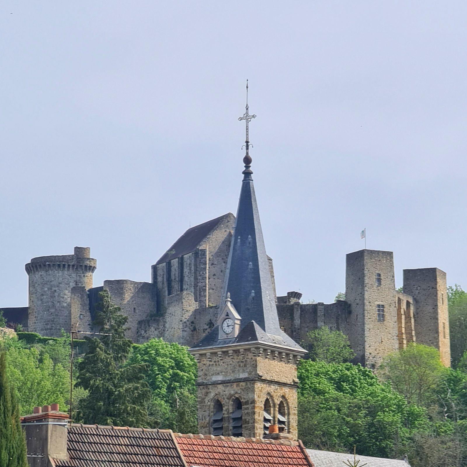 Le château de la Madeleine et l'église de Chevreuse