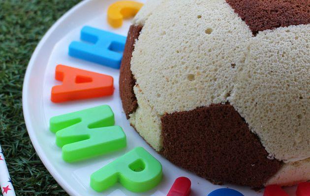 Gâteau ballon de foot aux deux chocolats.