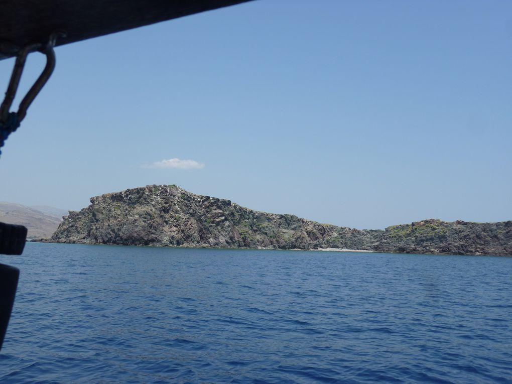 Départ de Plomary après un plein d'Ouzo.. Mouillage nocturne dans la baie de Kalloni à Apothika et le lendemain, arrivée à Sigri, connue pour ses forêts pétrifiées estimées à 20 millions d'années et son kastro byzanthin.