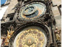 Bientôt midi à l'horloge de l'Hôtel de ville de Prague