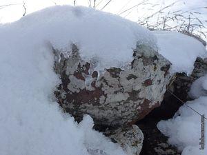 Les rochers sont recouverts de neige glacée