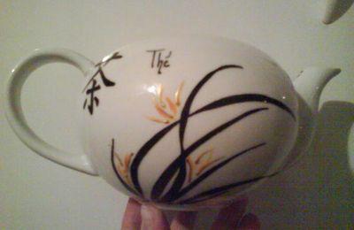 2644- Théière porcelaine - motif chinois + calligraphie