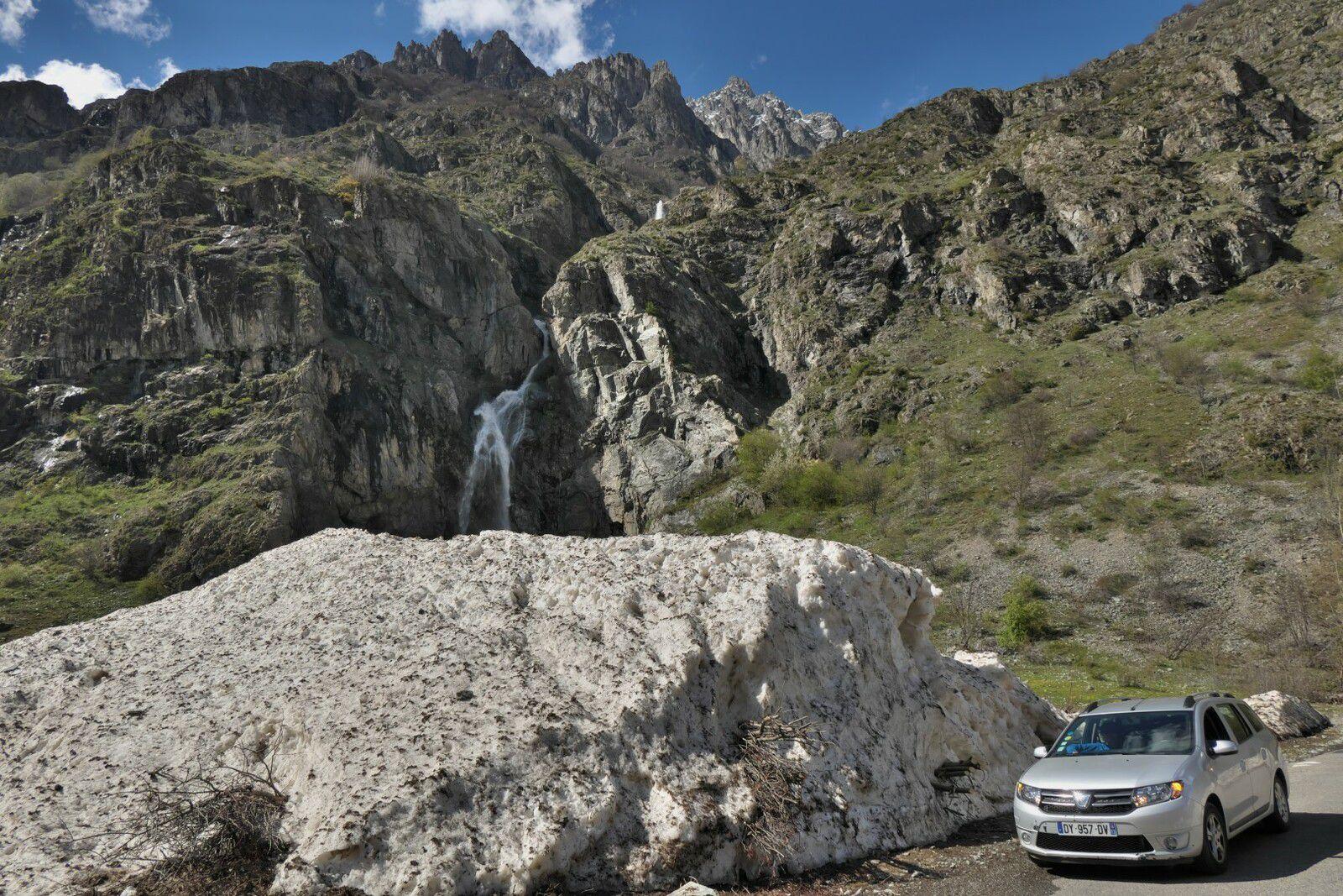 les restes de l'avalanche sur la route du Gioberney et le bivouac