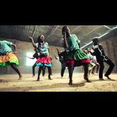 """"""" Des enfants africains orphelins dansent pour Dieu."""