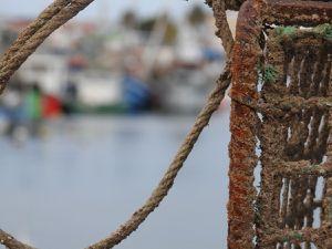 Fuseta : à l'atelier naval de Fuseta, un nom fabuleux pour ce bateau de pêche en réparation, le port et la jetée
