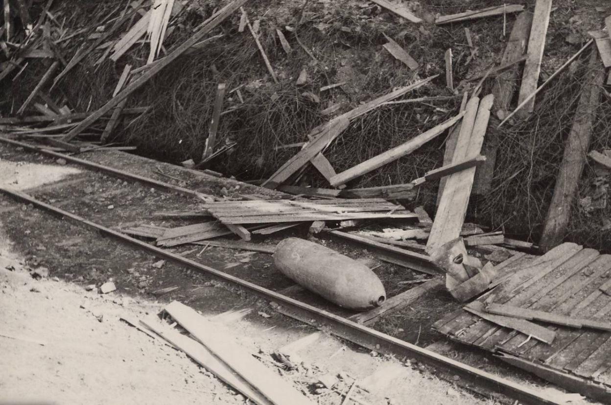 Bombardement de la Ricamarie. Obus non explosé : photographie [1944, 10 mars]. Archives Municipales de Saint-Etienne, 5 H ICONO 36 (97)