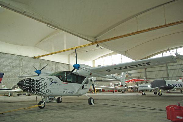 Le Cassio 1 sous les superbe voute du hangar Freyssinet. L'avion reprend la cellule d'un Cessna 337 Skymaster (que l'on a vu plus haut).