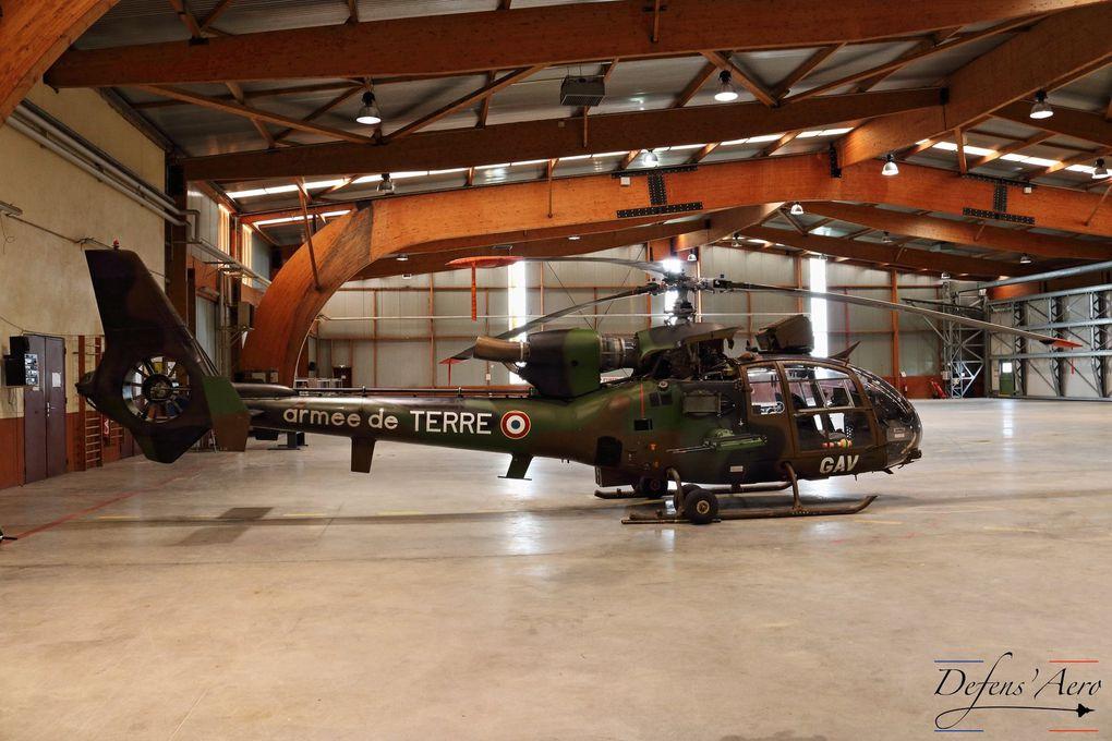 © Defens'Aero - Les Gazelle dans leur hangar, soignées par les mécaniciens avant leur départ en mission.