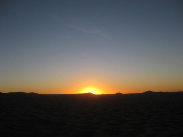 Chaque jour, sur l'océan des dune de Merzouga, c'est le grand spctacle de la nature avec l'apparition et la disparition du soleil derrière les montagnes