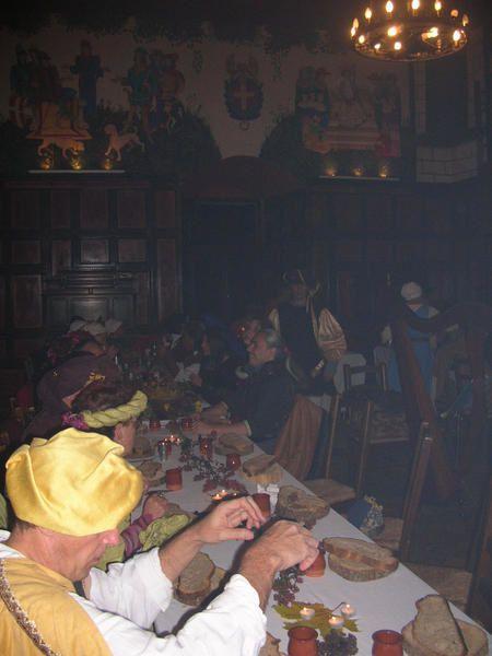 En son chastel, le Seigneur d'Avully et la gente compagnie les Troubars du Lac, nous ont conviés à un buffet spectacle le 18 novembre 2006. Au 19ième coup de cloche,Gentes Dames et beaux Messires entrèrent costuméset fût servi le buffet.Pour eux ont joués Bouffons et Troubadours... Forts de leurs deux mains ils purent applaudir, comédie, chansons, poésie, jonglerie... Tard dans la nuit les danses cloturèrent l