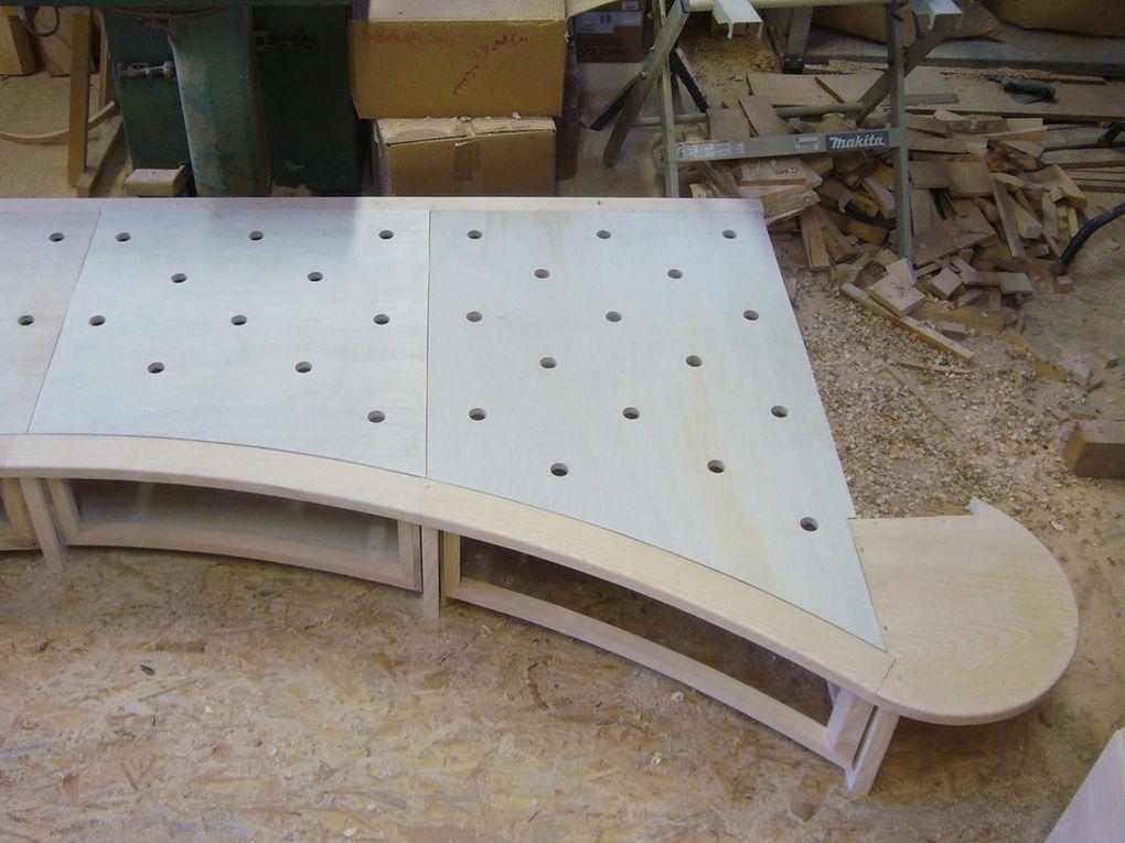 travail en atelier : éléments cintrés, pièces courbes, assemblage du châssis de la banquette, les trois portes à pivots