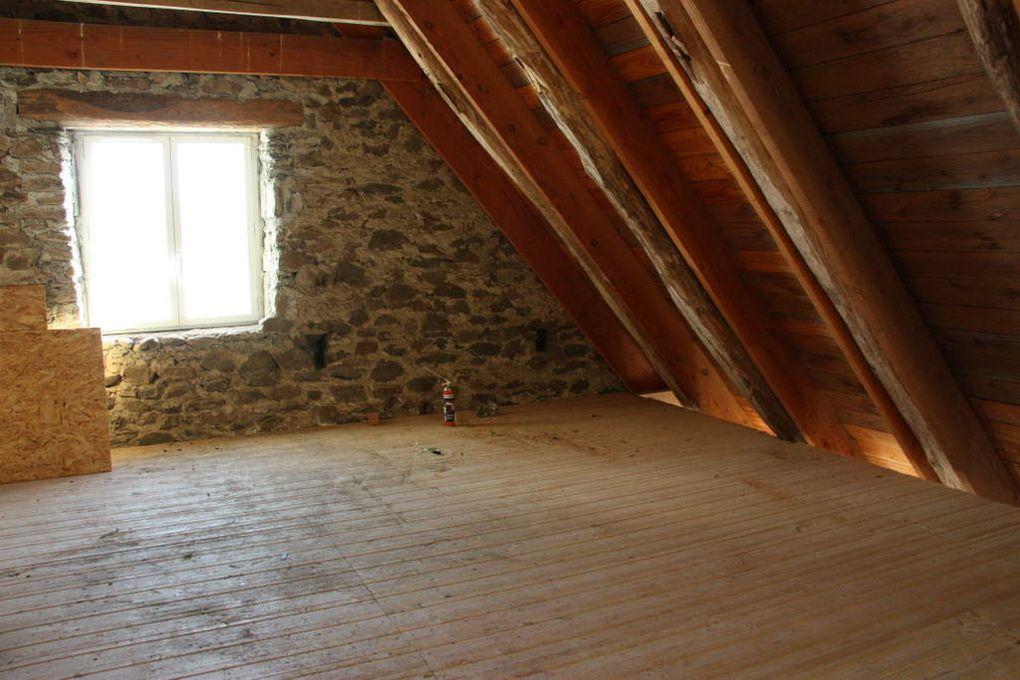 Gîte étage 2 : sous les combles, chambres et salles de bains à venir, vélux posés... (pas tous)