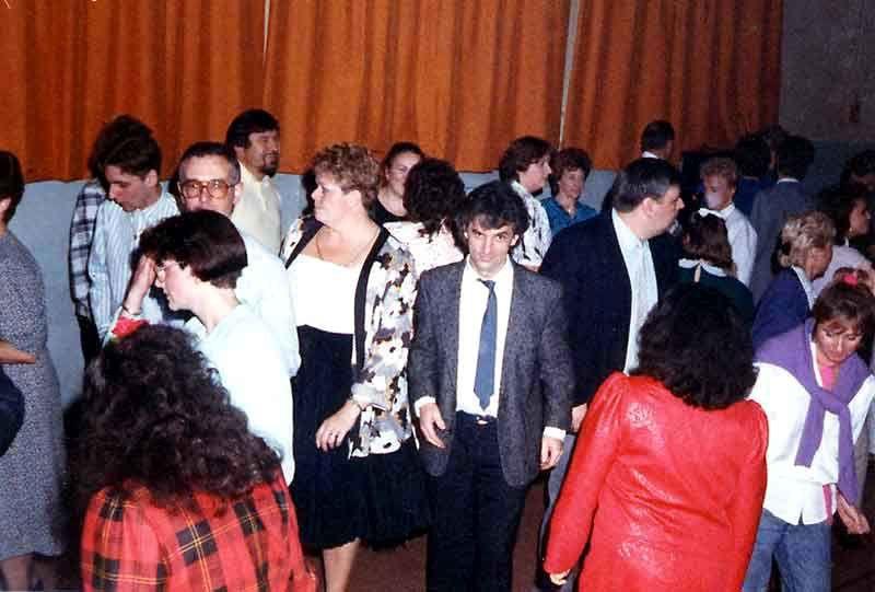 Soirée familiale annuelle, en la salle Jean-Zay, rue Alfred Delecourt à Wattrelos. Plusieurs soirées se sont déroulées dans cette salle, chacune totalisant entre 110 et 130 invités. Au menu: apéritif, buffet froid, soirée dansante et loterie,