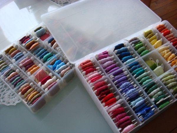 Quelques achats : des tissus patch, des soies, des fils à broder avec leur boite et des canevas à monter en sac.