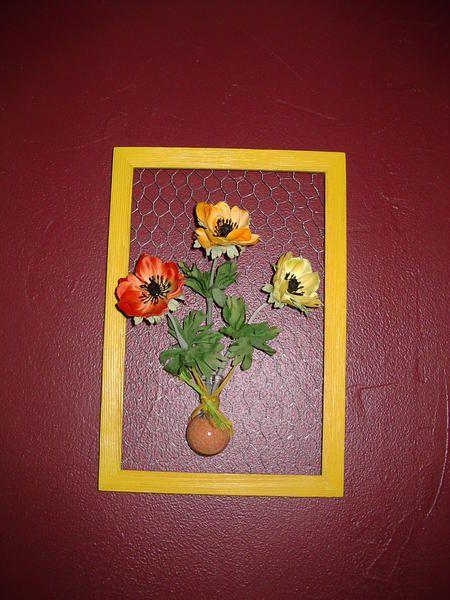 cadre en contre-plaqué, peinture, carte postale et cadre en bois brut peint.