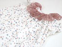 Robe bébé avec encolure en dentelle