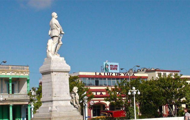 Cuba : la place de Holguin, symbole de la libération espagnole et nord américaine.