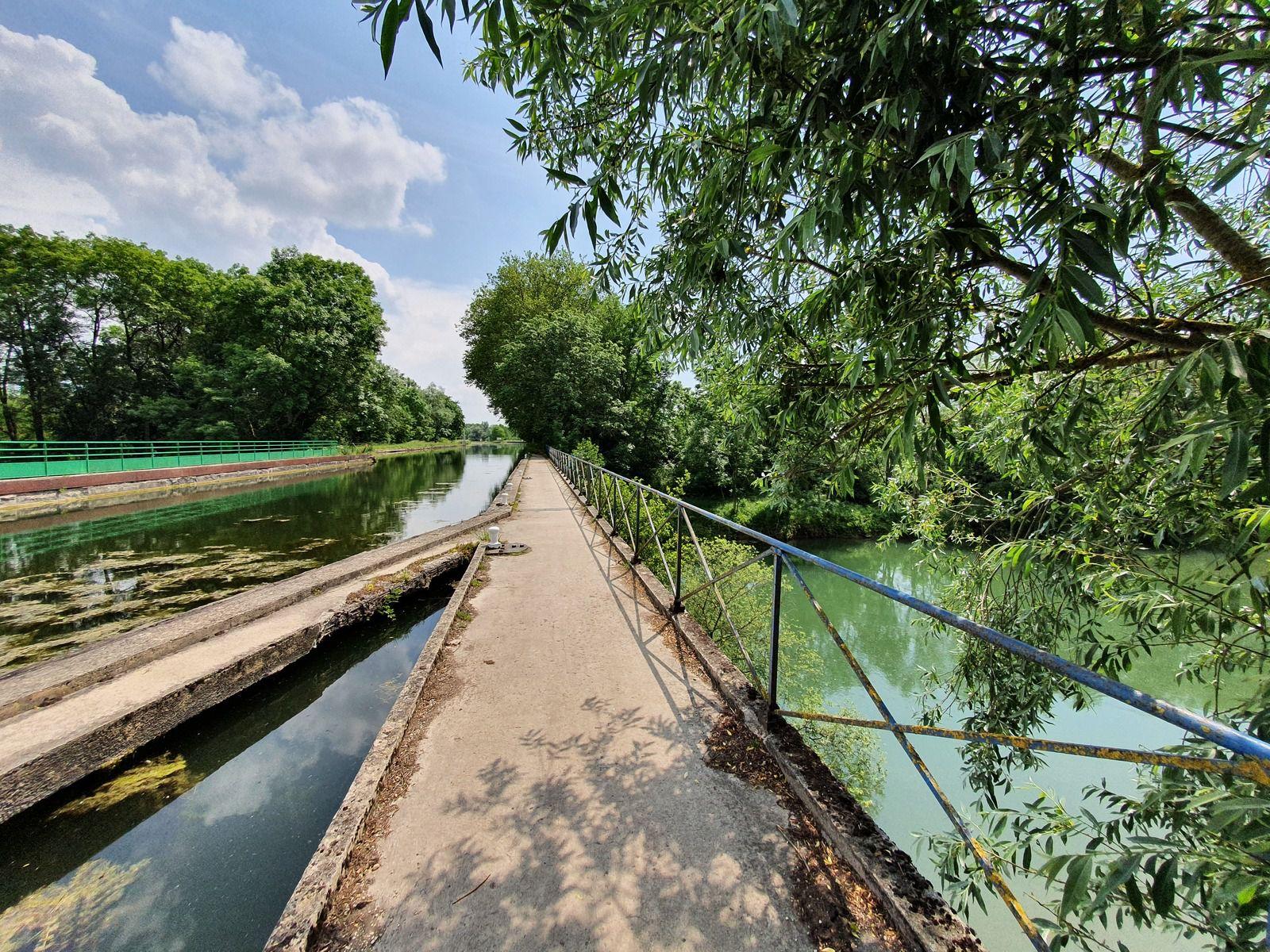 Le pont-canal sur le canal latéral à la Marne