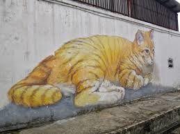 Le montage-vidéo nous fait découvrir les graffitis sur les murs des villes, mais aussi d'autres formes de décorations urbaines comme le yarn bombing ( tricot), les graffitis végétaux....