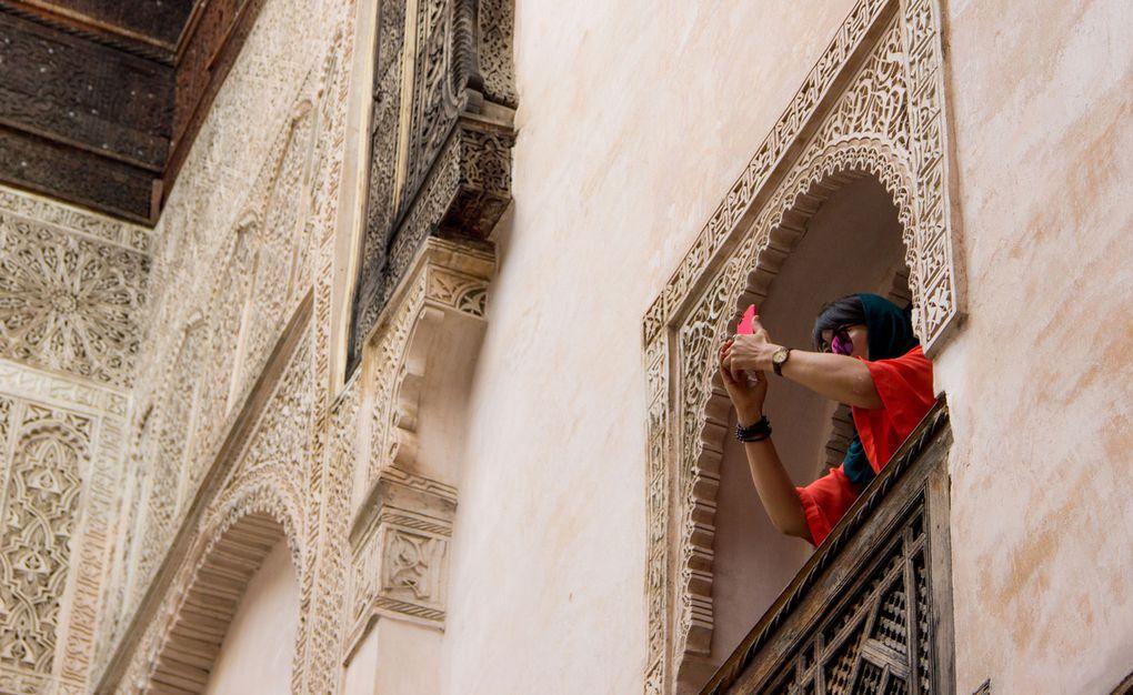 Autres splendeurs à Fès (touristes se faisant photographier dans la medersa)