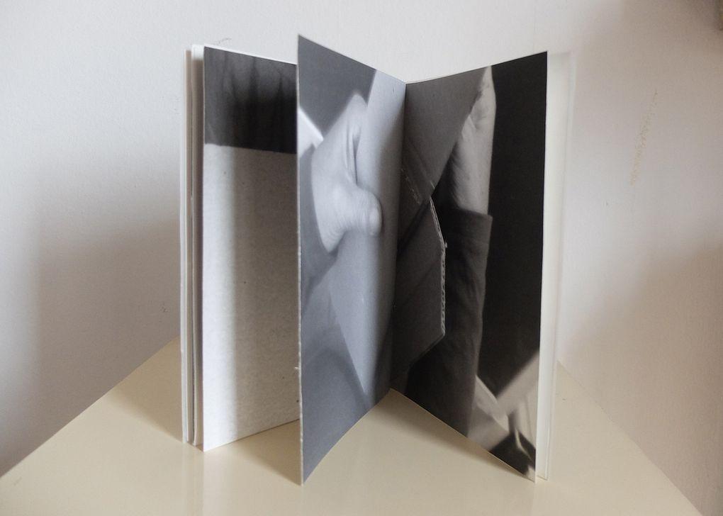 Muriel Modr, un livre photographie mnésie ligne oblique : le pli. 19/14cm impression numérique NB papier baryté mat, pages cousues, couverture calque.2013