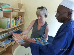 Un don de 200.000 Fcfa remis en novembre a permis la réalisation de la bibliothèque. Merci à l'école Pierre et Marie Curie de Gond-Pontouvre pour ce don de livres.