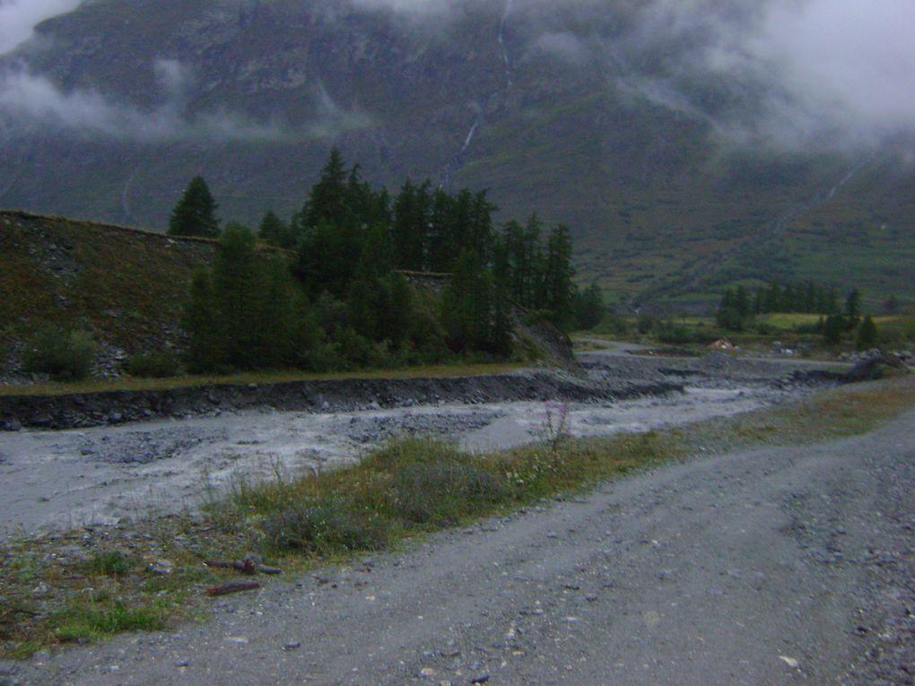 La pluie a provoqué une augmentation rapide du volume des cours d'eau du village. Les inondations ont heureusement été évitées, mais des dégâts constatés malgré tout.  Photos : J.Tracq