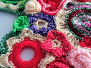 un coussin coeur en crochet freeform