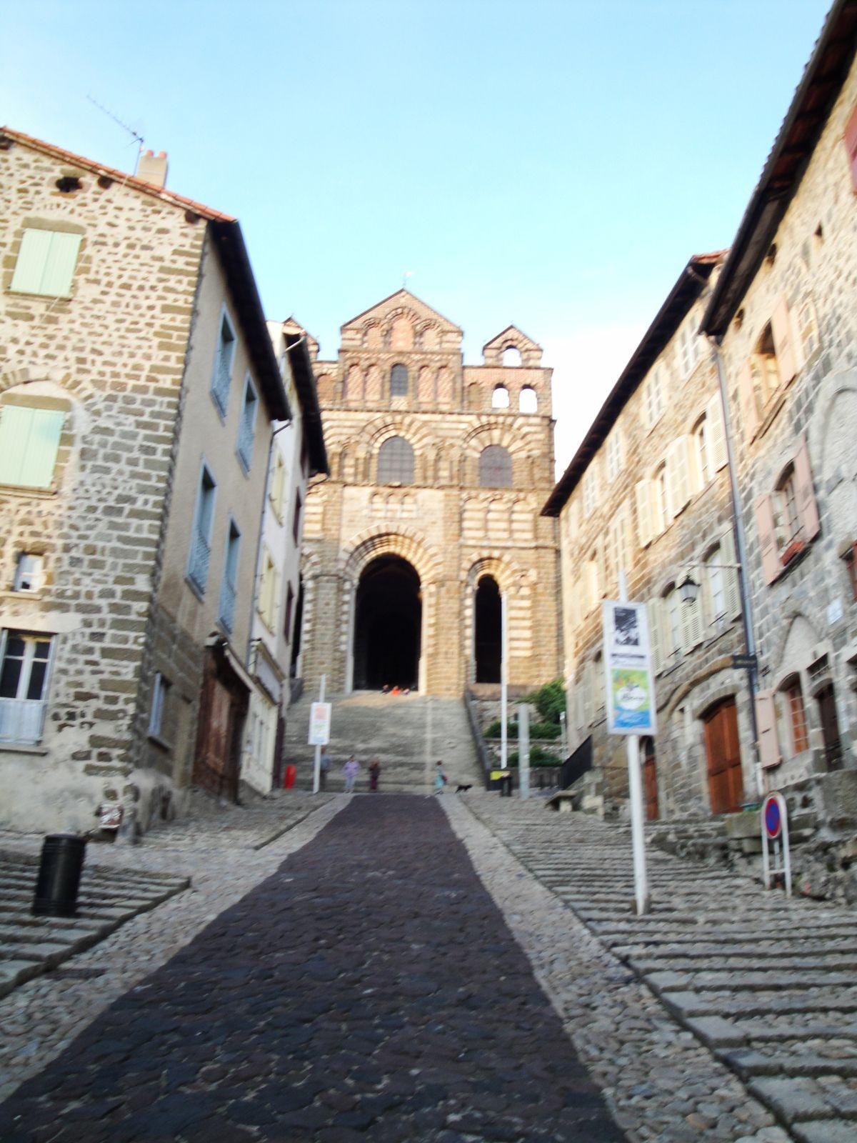 Les marches qui mènent à la Basilique du Puy, lieu de départ du Chemin.