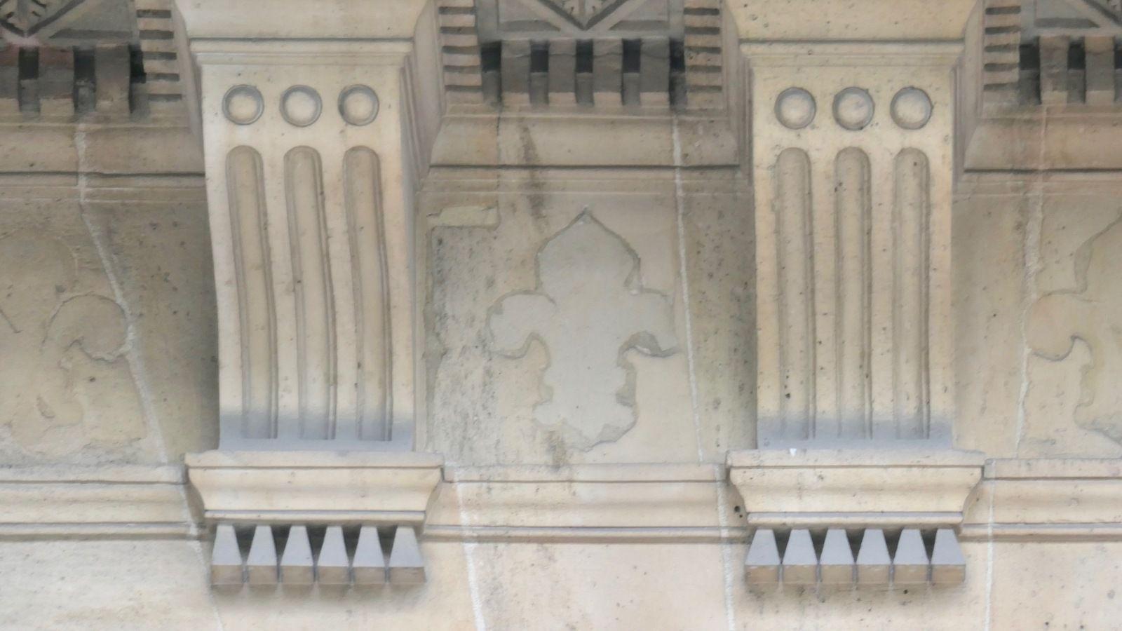 Place Colette: la Comédie française...et des vestiges de fleurs de Lys au dessus de colonnades, bûchées au moment de la révolution